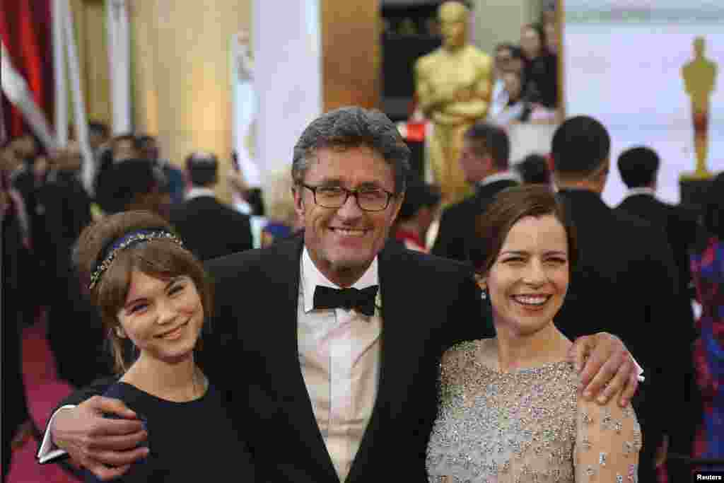 (L-R) Polish Actress Agata Trzebuchowska, Writer Director Pawel Pawlikowski and actress Agata Kulesza arrive at the 87th Academy Awards in Hollywood, California, Feb. 22, 2015.