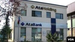 2015-ci ildəki ilk devalvasiyadan iki gün öncə AtaBank çevik valyuta mübadiləsi ilə 20 milyon dollar qazandı.