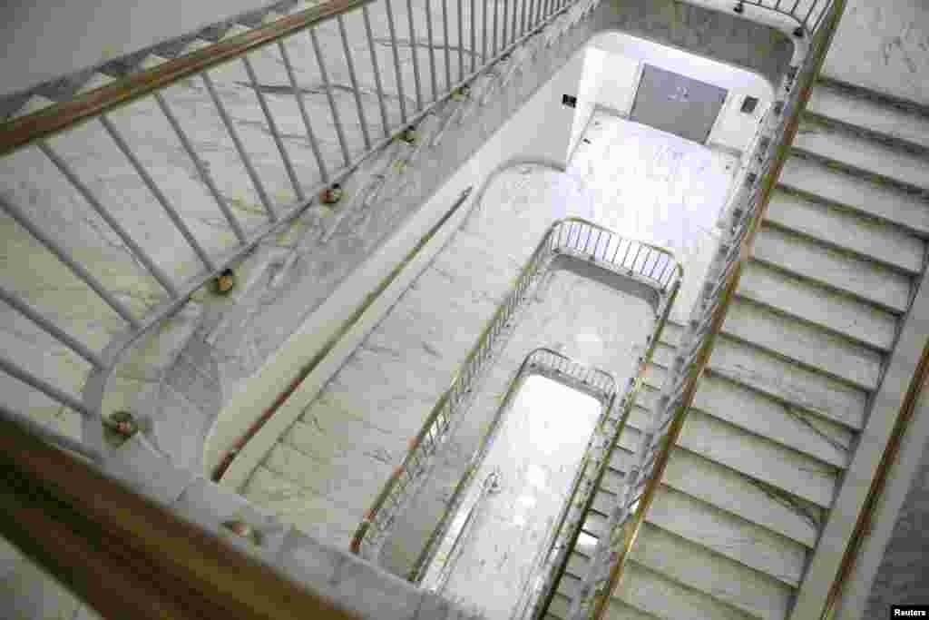 Una escalera está vacía, en el edificio de oficinas de la casa de Rayburn, semanas antes del final del actual mandato de los congresistas de Estados Unidos.