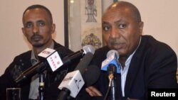 Ethiopian government spokesman Bereket Simon (R) makes the official announcement of the death of PM Meles Zenawi in Ethiopia's capital Addis Ababa, August 21, 2012.