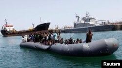 Des migrants illégaux sont secourus par les gardes-côtes libyens à Tripoli, Libye, le 6 mai 2017.
