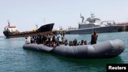 Des migrants illégaux sont secourus par les garde-côtes libyens à Tripoli, Libye, le 6 mai 2017.