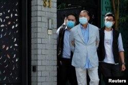 壹傳媒集團創辦人黎智英(中)被香港警察國安處拘押。(2020年8月10日)