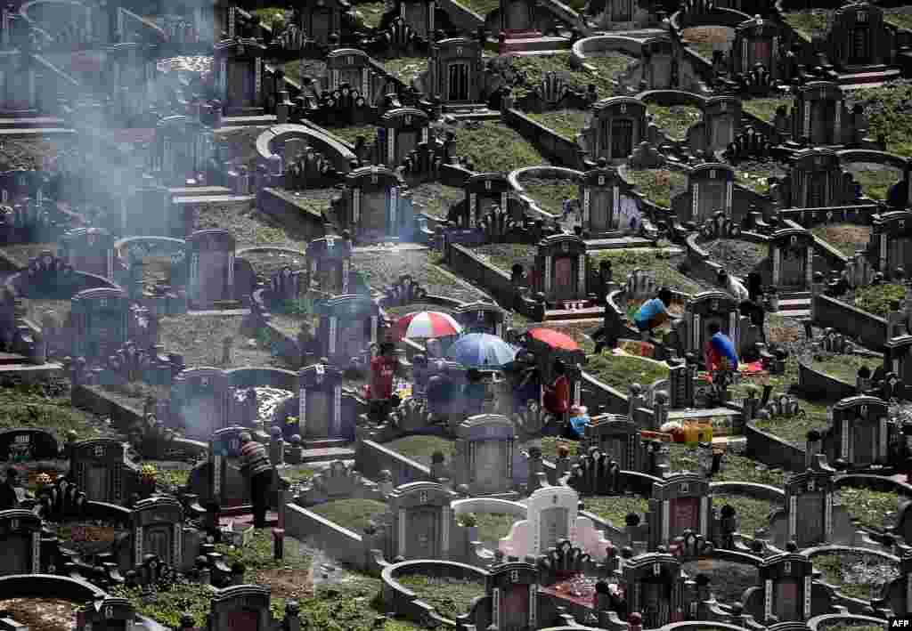 مالزیایی هایی که ریشه چینی دارند در کوالالامپور، قبر اجداد شان را در یک جشن ملی زیارت می کنند.