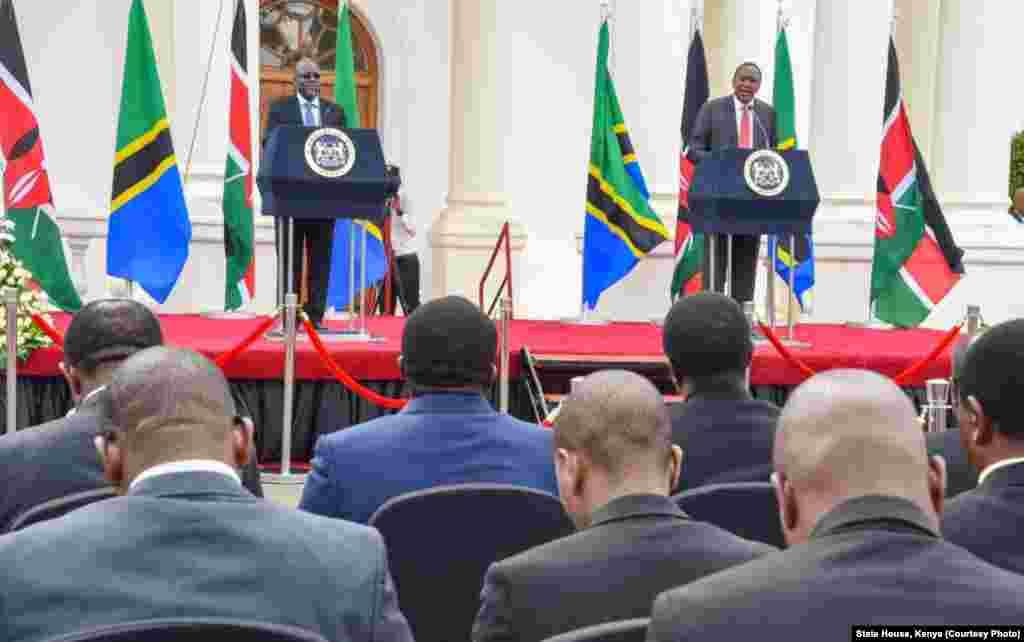 Marais Uhuru Kenyatta wa Kenya na John Magufuli wa Tanzania wakizungumza na waandishi