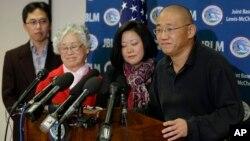 북한에 억류됐다 풀려난 한국계 미국인 케네스 배(오른쪽) 씨가 8일 미국에 도착한 후 가족들과 기자회견을 갖고 있다.