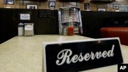 """El lugar donde fue grabado el último capítulo de """"The Sopranos"""" colocó un cartel de """"reserved"""" en el lugar donde se sentó Gandolfini como homenaje."""