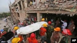 지난달 28일 방글라데시 건물 붕괴 사고로 사망한 희생자들의 사체를 옮기는 구조대원들.