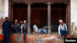 尼泊爾民眾坐在街道旁打發時間(2013年4月4日資料照片)