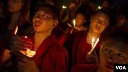 Warga Tibet di pengasingan di Dharamsala, India melakukan upacara mengenang Biksu Tibet di Tiongkok yang membakar diri (7/10).