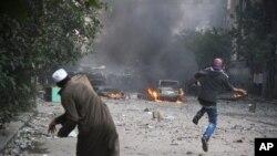 21일 시위 진압 경찰에 맞서 돌을 던지는 이집트 카이로 거리 시위대