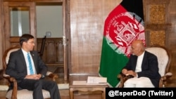 Le ministre américain de la Défense Mark Esper et le président afghan Ashraf Ghani.