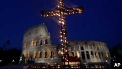 Persiapan untuk prosesi 'Jumat Agung' (14/4) di Collosseum di Roma, di mana Paus Fransiskus akan hadir.