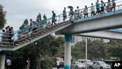 지난달 북한 평양 주민들이 육교를 건너고 있다.