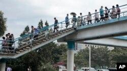 지난 8월 북한 평양 중심가에서 시민들이 육교를 건너고 있다.