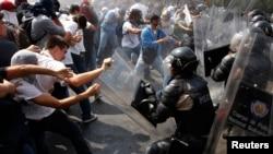 Al igual que en otras ciudades del país las manifestaciones antigubernamentales se mantienen en Mérida desde el 12 de febrero.