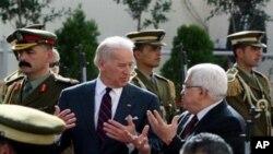 جو بائڈن (درمیان) فلسطینی صدر محمود عباس کے ساتھ