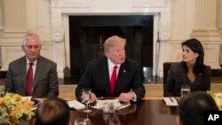 Tổng thống Donald Trump, ngoại trưởng Rex Tillerson (trái) và đại sứ Mỹ tại Liên hiệp quốc Nikki Haley (phải) trong bữa ăn trưa làm việc tại Tòa Bạch Ốc ngày 29/1/2018.