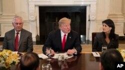 美國總統川普(中)在白宮宴請安理會成員國代表預告國情咨文內容。美國方面出席的有蒂勒森國務卿(左)。美國常駐聯合國代表黑利(右)。