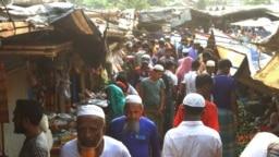 ဘဂၤလားေဒ့ရွ္ႏိုင္ငံ Cox's Bazar ေဒသရွိ ရိုဟင္ဂ်ာဒုကၡသည္စခန္းက ရိုဟင္ဂ်ာဒုကၡသည္မ်ား။ (ဧၿပီ ၆၊ ၂၀၂၁)
