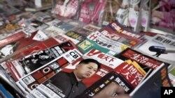 ေျမာက္ကိုရီးယားေခါင္းေဆာင္သစ္ ကင္မ္ဂ်ံဳအြန္းအေၾကာင္းကို ေဘဂ်င္းၿမိဳ႕ သတင္းစာတစ္ေစာင္တြင္ အသားေပး ေဖာ္ျပထားပံုမ်ား။ (ဒီဇင္ဘာလ ၃၀၊ ၂၀၁၁)