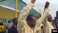 """Abel Chivukuvuku e almirante Mendes de Carvalho """"Miau"""" num comício da CASA-CE em Luanda"""