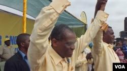"""Mendes de Carvalho """"Miau"""" á esquerda com o presidente do seu partido Abel Chivukuvuku"""
