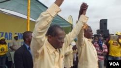 """Abel Chivukuvuku e almirante Mendes de Carvalho """"Miau"""" num comício da CASA-CE em Luanda durante a campanha de 2012"""