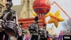 行军乐队、滑稽小丑、巨大气球和多姿多色的花车参加梅西百货商店今年、也就是第86届感恩节游行。