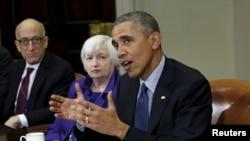 바락 오바마 대통령(오른쪽)이 7일 백악관에서 경제계 고위 당국자들과 뉴욕 월가 개혁이 가져온 변화상에 대해 논의하고 있다. 티모시 마사드 상품선물거래위원회(CFTC) 위워장(왼쪽)과 재닛 옐런 연방준비제도 의장(가운데)이 회의에 참석했다.