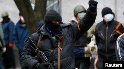 Một người trong nhóm vũ trang trước đồn cảnh sát ở Slaviansk, ngày 12 tháng 4, 2014.