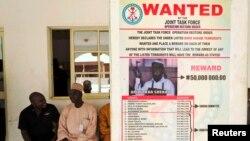 Wata fasta dake tallata neman Shugaban Boko Haram Abubakar Shekau, an likata a kan wani Bango a garin Baga, dake wajen birnin Maiduguri a arewa maso gabashin Najeriya. Mayu 13, 2013.
