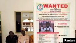 Poster buronon pemimpin militan Boko Haram Abubakar Shekau terpasang di Maiduguri, Borno (13/5).