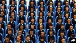 ယူနန္ျပည္နယ္၊ ကူမင္းၿမိဳ႕ရွိ မူးယစ္ေဆးစြဲသူမ်ား ျပန္လည္ထူေထာင္ေရးစခန္းတြင္း ေလ့က်င့္ခန္းလုပ္ေနၾကသည့္ ျမင္ကြင္းတခု။ ၂၁ ဇြန္ ၂၀၁၅။