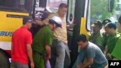 Bức ảnh trích từ video viên đại úy công an Minh đạp giày vào mặt anh Nguyễn Chí Đức, Chủ Nhật 17/7/2011