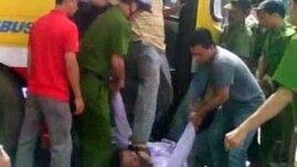 Bức ảnh trích từ video viên đại úy công an Minh đạp giày vào mặt anh Nguyễn Chí Đức, ngày 17/7/2011.