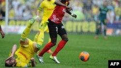 Le milieu de FC Nantes Jordan Veretout (G) tombe en tentant de stopper Younousse Sankhare Guingamp au cours d'un match du championnat français de la Ligue 1, le 13 avril 2014, au stade de Nantes
