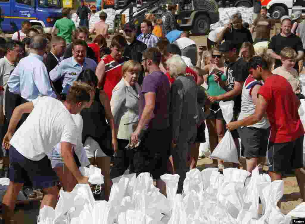 10일 알겔라 메르켈 독일 총리(가운데)가 엘베 강 유역에서 자원봉사자들을 격려하고 있다.