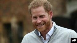 Принц Гарри беседует с журналистами у Виндзорского дворца после того, как его супруга герцогиня Сассекская Меган родила сына. 6 мая 2019 г.