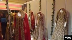 عروسی میلے رکھے گئے کچھ ملبوسات