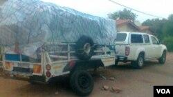 Zimbabwe SAF travelers carrying goods across the border.