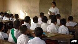 ရန္ကုန္ၿမိဳ႕ လိႈင္သာယာၿမိဳ႕နယ္ရွိ အေျခခံပညာ မူလတန္းေက်ာင္းတေက်ာင္းက ေက်ာင္းသားမ်ားနဲ႔ ဆရာမ တဦး။ (ဇြန္ ၀၂၊ ၂၀၀၈)