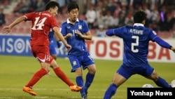 19일 카타르 도하 알 아라비 스포츠 클럽에서 열린 2016 아시아축구연맹 U-23 챔피언십 B조 예선 마지막 경기인 북한 대 태국 경기에서 북한 윤일광 선수(빨간 유니폼)가 슛을 시도하고 있다.