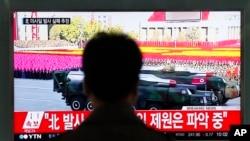 韩国电视台播放朝鲜试射导弹的消息。