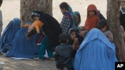 د افغان کډوالو کورنۍ پېښور کې بيرته د ستنېدو په تيارۍ کې ناستې دي.