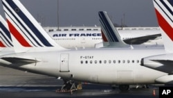 Máy bay Pháp đậu trên đường băng tại sân bay Charles de Gaulle.