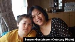 "Sensen Gustafsson dan putranya, warga Indonesia yang sudah 14 tahun menetap di Stockholm, Swedia. Ibu dua anak ini adalah mantan wartawan ""Forum Keadilan"". (Courtesy: Sensen Gustafsson)"