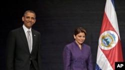 오바마 대통령과 라우라 친치야 코스타리카 대통령이 기자회견장에 도착하는 모습