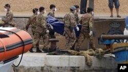 2013年10月6日意大利士兵抬下翻船事故遇难者的尸体