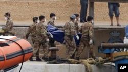 Thợ lặn vớt thêm được nhiều tử thi vụ chìm tàu ngoài khơi đảo Lampedusa.